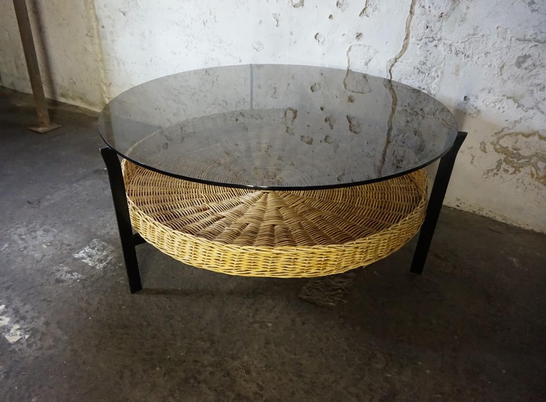 Antieke Ronde Salon Tafel.Salontafel Metaal En Glas Met Rotan Mand