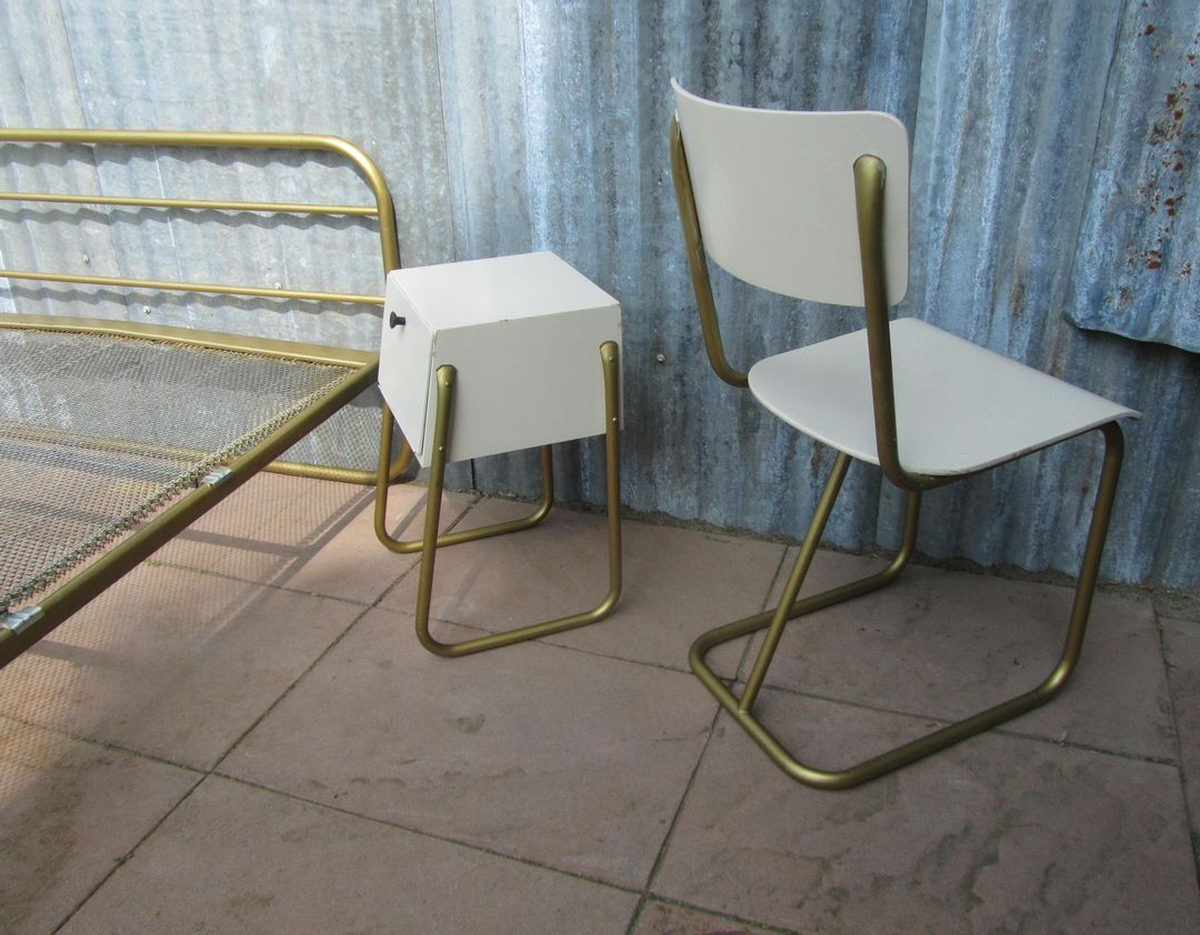 Slaapkamer set van gispen bestaande uit een bed een nachtkastje en 2 stoelen model 107 - Een nachtkastje ...