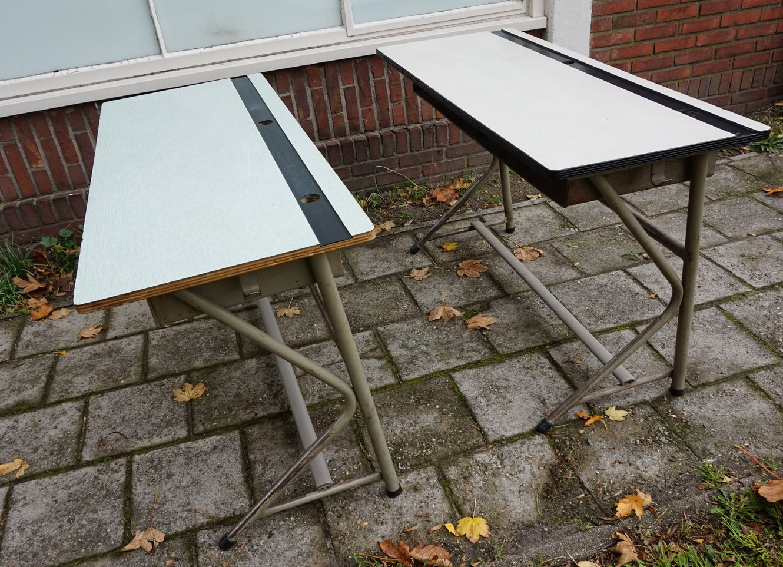 Iets Nieuws Oude vintage schooltafels, schoolbanken met een grijs metalen #EC84