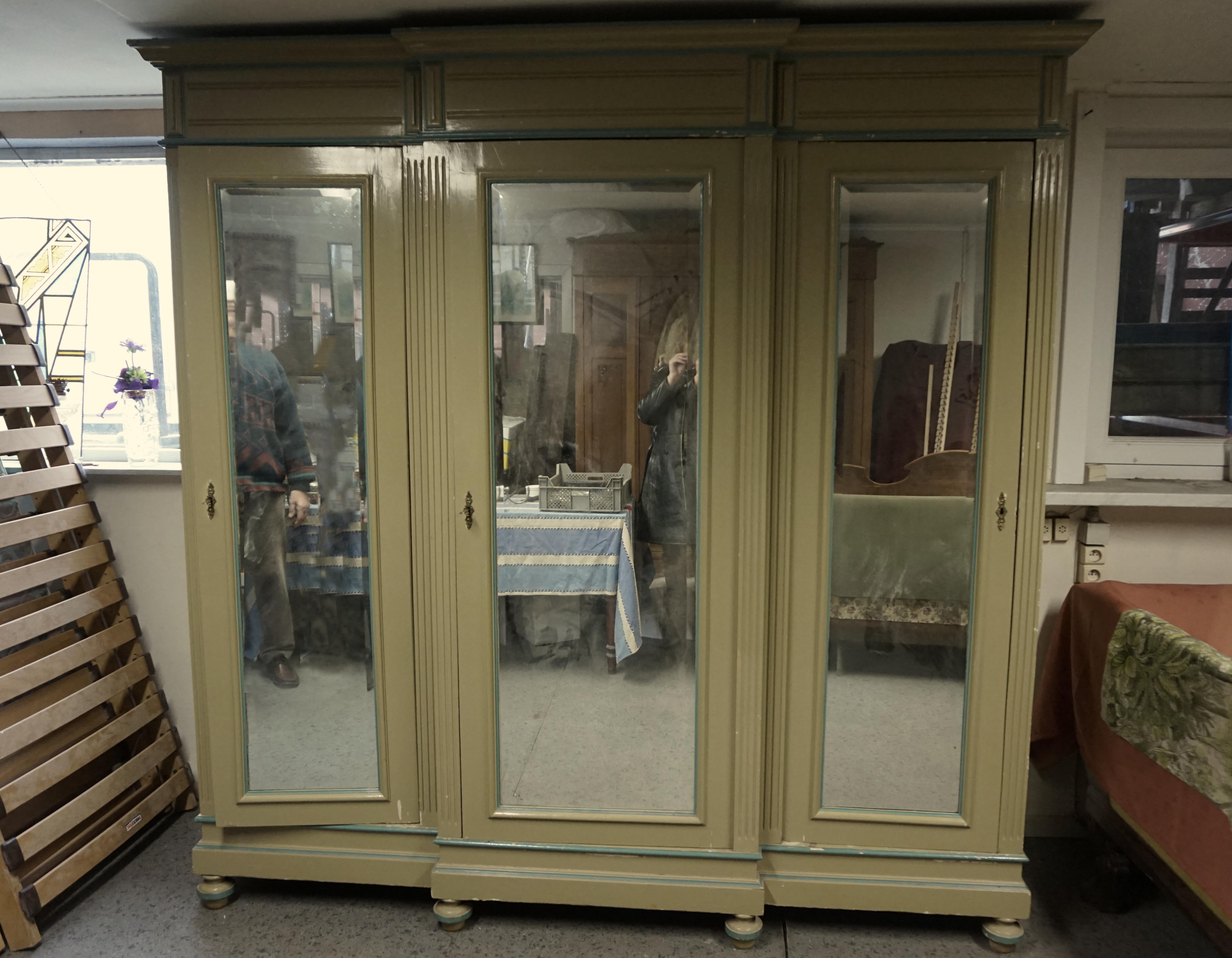 oude, antieke, Franse, brocante, beschilderde, kledingkast met facet geslepen spiegels