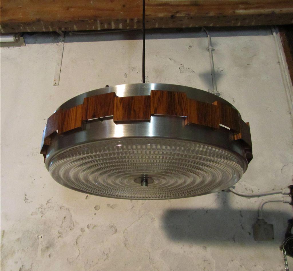 Vintage metalen opengewerkte hanglamp met metaal in chroom en houtnerf en glazen schaal uit de - Metaal schorsing en glazen ...