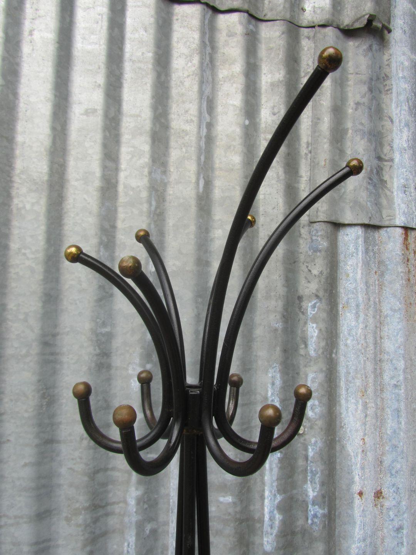 Franse vintage industriele ijzeren staande kapstok in de stijl van Jean Royere