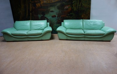 MInt-green-leather-sofas- vintage-tropical-african-bohemian-style-interior-leren-bank-groen