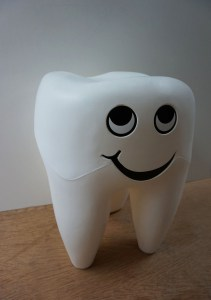 Vintage-dental-stool-shape-tooth-plastic-tandarts-kruk-kies
