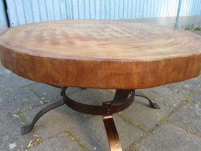 Tafel Van Boomstam : Vintage dutch brutalist tree trunk coffee table with a wrought iron
