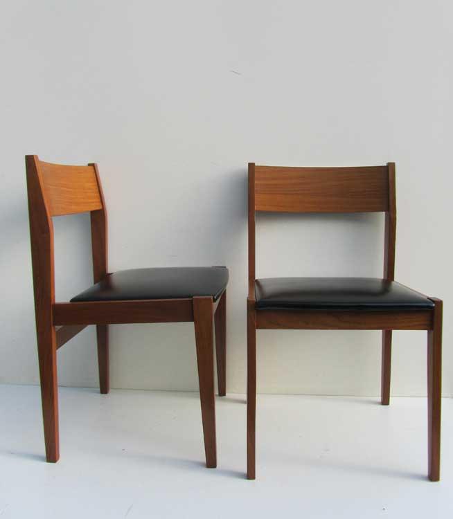 2 vintage teak houten stoelen met zwarte skai - Houten stoelen om te eten ...