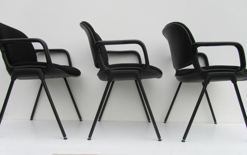 Zwarte armstoelen bureau stoelen vergaderstoelen for Tweedehands eetkamerstoelen