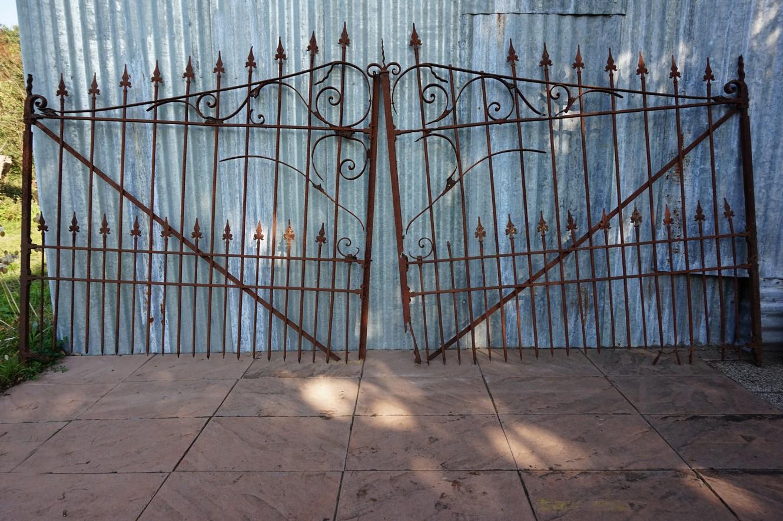 Antieke decoratieve ijzeren poort hekwerk met geleefd uiterlijk