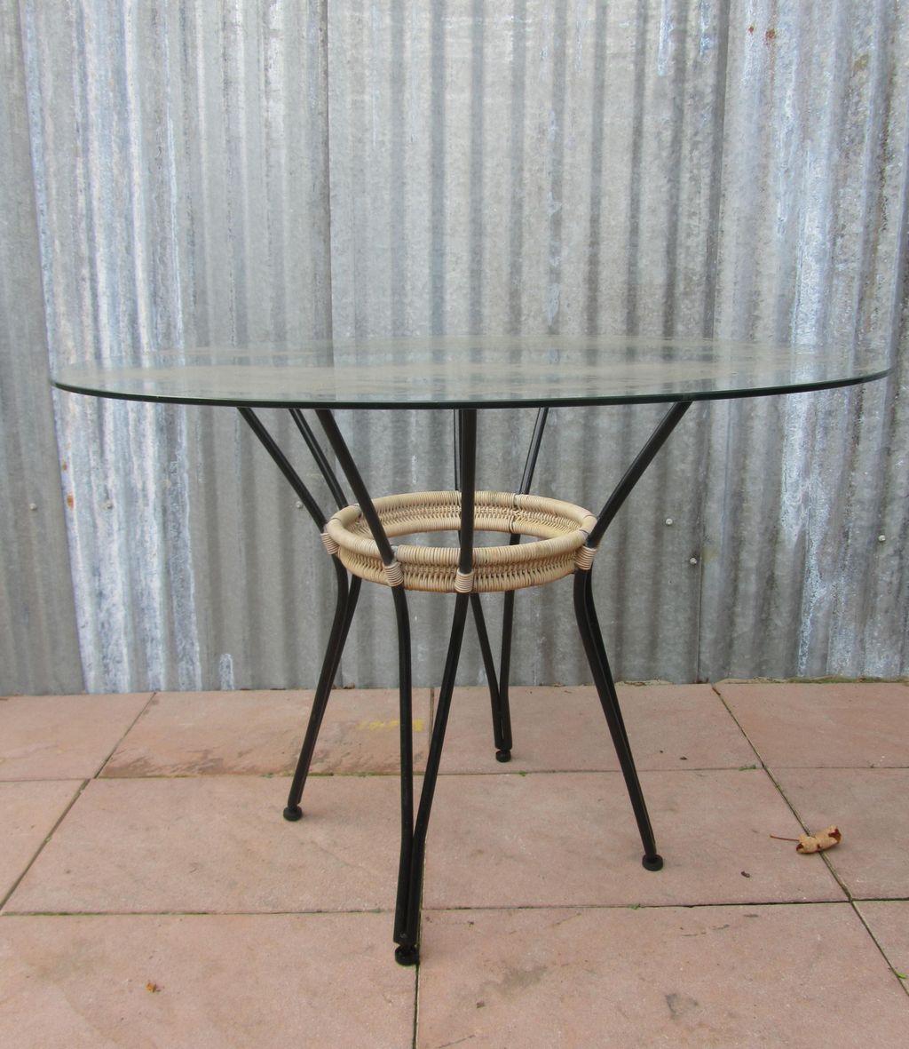 Tuintafel Met Glazen Blad.Vintage Tafel Van Metaal En Waslijn Met Glazen Blad